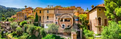 Vista panorámica de la antigua aldea histórica de montaña Deia en Mallorca en Serra de Tramuntana España