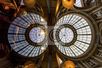 Vista superior del centro comercial en el pasaje de La Haya con su cúpula central, Países Bajos
