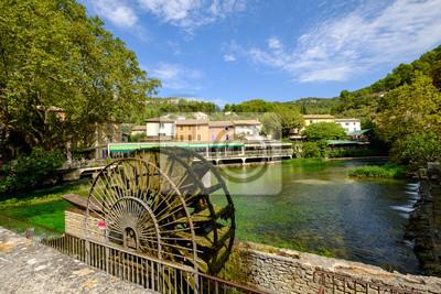 Vue sur le village de Fontaine-de-Vaucluse. Provence, Francia. Ancien moulin à eau.
