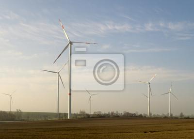 wiatraki na polu wiosennym
