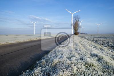 Wiatraki na polu zimowym