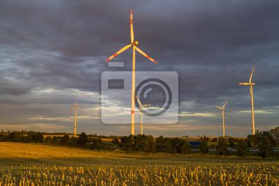 Wiatraki (Turbiny wiatrowe) w świetle wschodzącego słońca