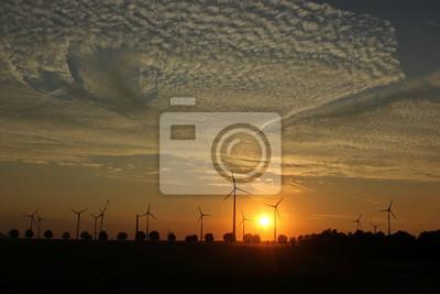 Windpark im Aufbau bei Sonnenuntergang mit Cirrocumuluswolken