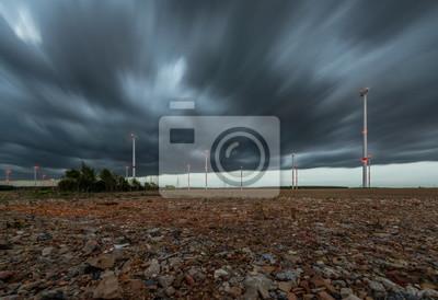 Windräder bei Sturm und Graben Regenwolken