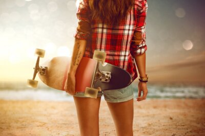 Cuadro Woman with longboard at the beach