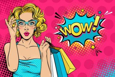 Cuadro Wow cara femenina. Sexy sorprendió a la mujer joven en vidrios con la boca abierta y el pelo rizado rubio que sostenía bolsos de compras y ¡Guau! burbuja de diálogo. Fondo brillante del vector en esti