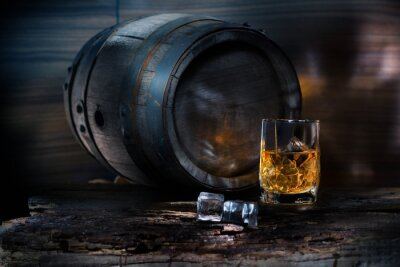 Fotomural A glass of whiskey with ice on background barrel