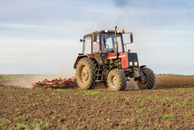 Fotomural Agricultor cultivando tierras de cultivo antes de sembrar
