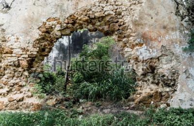 Fotomural Agujero en la pared del edificio de piedra abandonado.