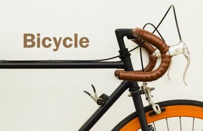 Fotomural Algunos de bicicleta vieja en la pared blanca con la palabra en el espacio lateral izquierda.