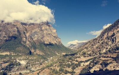 Fotomural Amplio valle de montaña con el río que fluye a través.