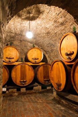 Fotomural Antigua bodega de vino oscura tradicional con grandes barriles de madera