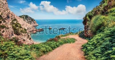 Fotomural Antigua carretera a la playa de agia eleni. Colorido paisaje marino de la mañana del mar Mediterráneo. Escena al aire libre brillante de la isla de Cefalonia, Grecia, Europa. Viajando por las islas j