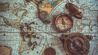 Fotomural Antiguas colecciones de artículos raros piratas que incluyen una brújula, un abridor de botellas retro llave de esqueleto vintage, una brújula de bolsillo de latón con tapa, una moneda de bronce e