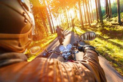 Fotomural Asiento del hombre en la motocicleta en el camino forestal.