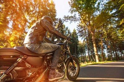 Fotomural Asiento Hombre en la motocicleta en la carretera en el bosque.