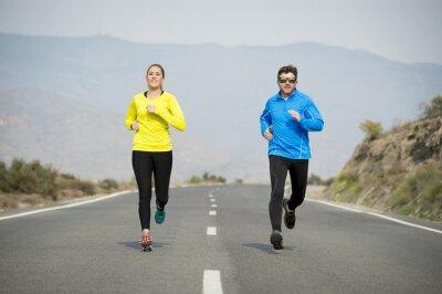 Fotomural Atractiva pareja de deporte hombre y mujer corriendo juntos en la carretera de asfalto paisaje de montaña