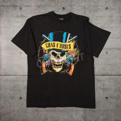 Fotomural AVEIRO, PORTUGAL - 20 DE JULIO DE 2016: Camiseta de la mercancía de los rosas del n de los armas. Guns N 'Roses es una de las bandas más vendidas del mundo de todos los tiempos.