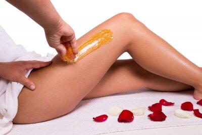 Fotomural Azucarado: depilación con azúcar licuar en las piernas.
