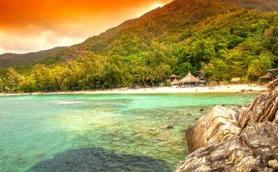 Fotomural Bahía en el mar. Casas rurales en la playa de arena blanca