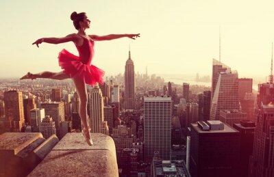 Fotomural Bailarín de ballet delante de horizonte de Nueva York