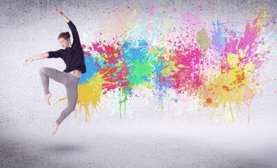 Fotomural Bailarín moderno de la calle que salta con salpicaduras coloridas de la pintura