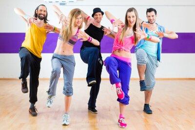 Fotomural Bailarina en el entrenamiento de la aptitud de Zumba en el estudio de danza
