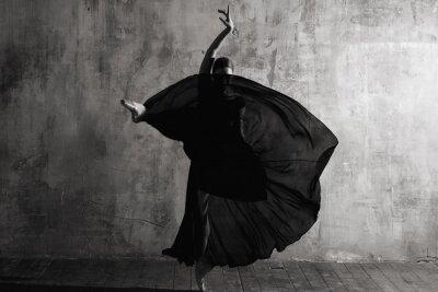 Fotomural Ballerina in ballroom. Ballet dancer in studio. Black and white monochrome.