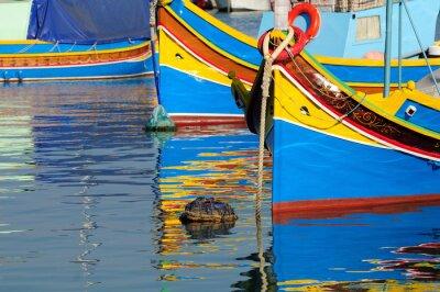 Fotomural Barco de pesca tradicional de Malta con la reflexión