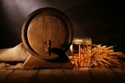 Fotomural Barril de cerveza con el vidrio de cerveza en la mesa sobre fondo de madera