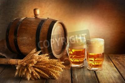 Fotomural Barril de cerveza con vasos de cerveza en la mesa sobre fondo marrón