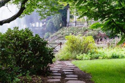 Fotomural Bastante camino en el hermoso jardín de verano