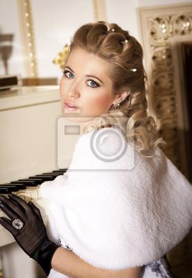 Fotomural Beautifu; mujer rubia de piel con piano de cola