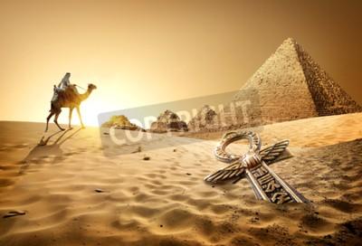 Fotomural Beduino en camello cerca de pirámides y ankh en el desierto