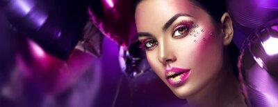Fotomural Belleza modelo de moda chica maquillaje de arte creativo con gemas. Rostro de mujer sobre fondo de globos de aire púrpura, rosa y violeta