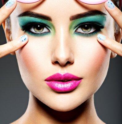 Fotomural Bello rostro de una mujer con maquillaje verde vivo de ojos