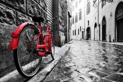 Fotomural Bicicleta roja del vintage retro en la calle del guijarro en la ciudad vieja. Color en blanco y negro