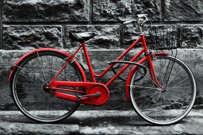 Fotomural Bicicleta roja del vintage retro en la pared blanco y negro.