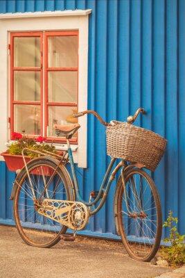 Fotomural Bicicleta vieja de la señora oxidada delante de una casa sueca