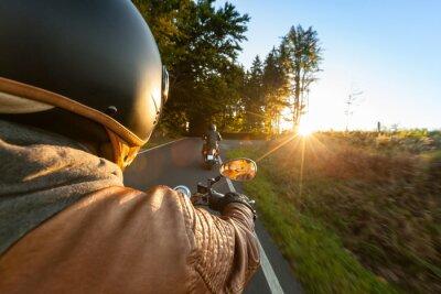 Fotomural Biker montando motocicleta en mañana soleada