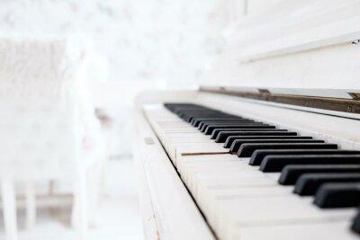 Fotomural Blanco piano vintage en un cuarto blanco