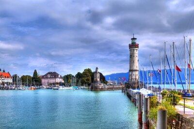 Fotomural Blick auf den Hafen auf der Insel von Lindau am Bodensee im Süden Deutschlands mit dem historischen Leuchtturm.