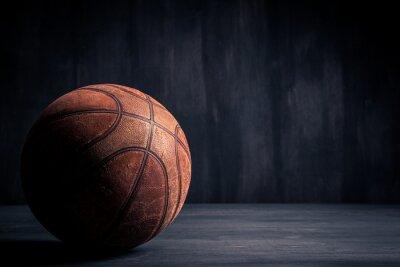 Fotomural Bola de baloncesto de edad sobre un fondo negro