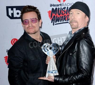 Fotomural Bono y el borde de U2 en los premios 2016 de la música de iHeartRadio celebrados en el foro en Inglewood, los EEUU el 3 de abril de 2016.