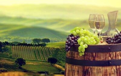 Fotomural Botella de vino blanco y copa de vino en wodden barril. Hermoso Tus