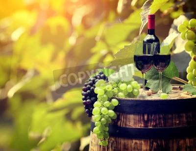 Fotomural Botella de vino tinto y copa de vino en wodden barril.