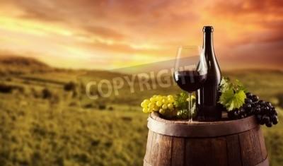 Fotomural Botella de vino tinto y vidrio en barril de madera. Viñedo, Plano de fondo