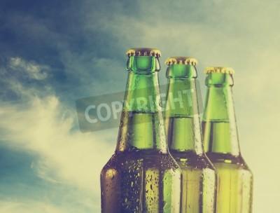 Fotomural Botellas de cerveza en la playa. Filtro retro.