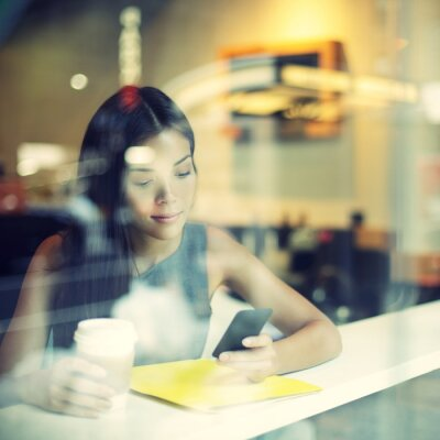 Fotomural Cafe de la ciudad de estilo de vida de la mujer en el consumo de café teléfono
