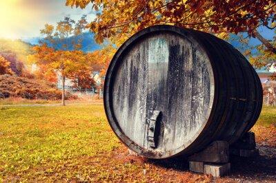 Fotomural Caída paisaje con barril de vino de madera vieja